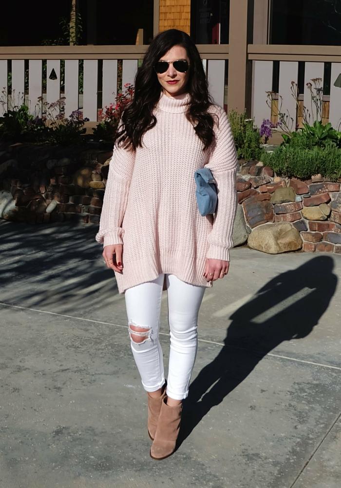 jeans déchirés blancs, bottes beiges, cheveux noirs, lunettes aviateur, sac enveloppe bleu, tenue tendance d'automne