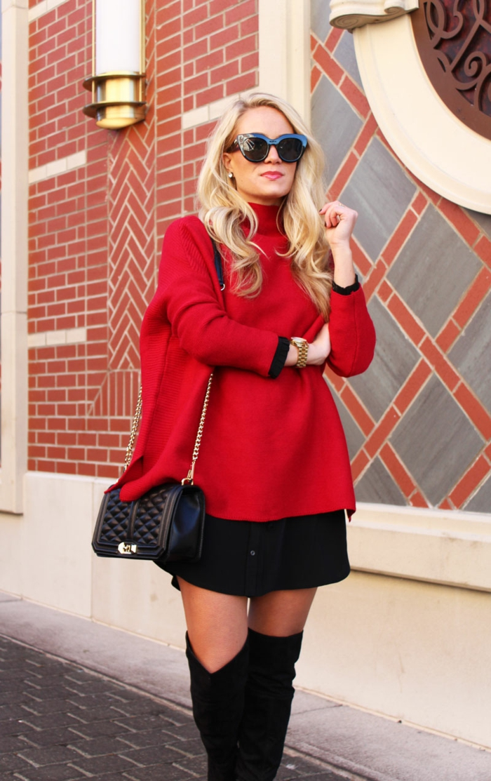 pull de noel femme, sac noir matelassé, pull oversize femme rouge, cuissardes noires, jolie maison en rouge et blanc