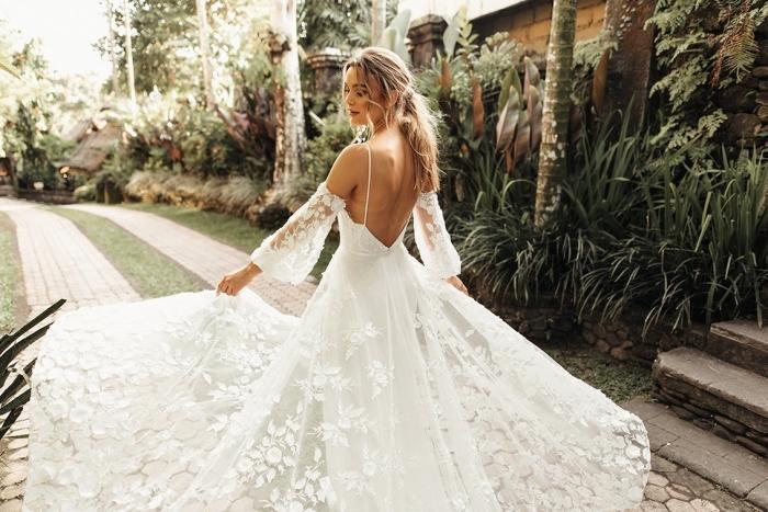 robe mariée dentelle, modèle de robe de mariée avec dos nu et épaules dénudées à bretelles fines, tenue nuptiale femme en blanc