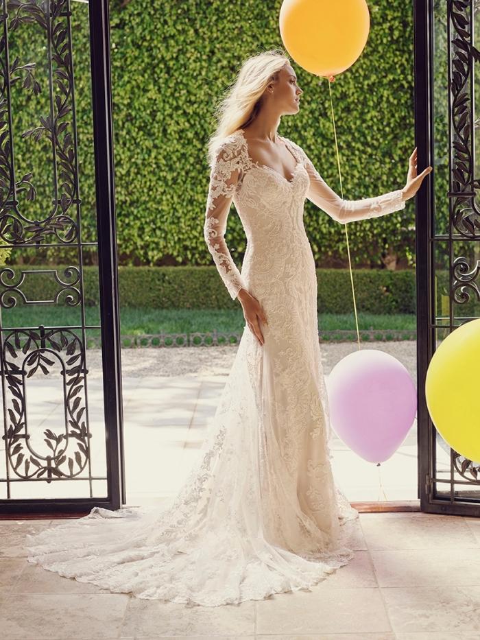 tendance robe mariage 2019, robe de mariée fluide avec traîne, modèle de robe bustier à manches effet tatouage en dentelle perlée