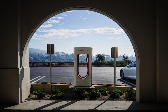 Charge électrique pour les voitures de Tesla, idée de voiture sustable, photo dans une belle ville