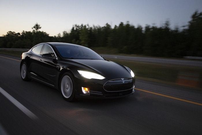 Tesla voiture sur la route, idée de voiture électrique sur l'autoban, belle photo la companie Tesla