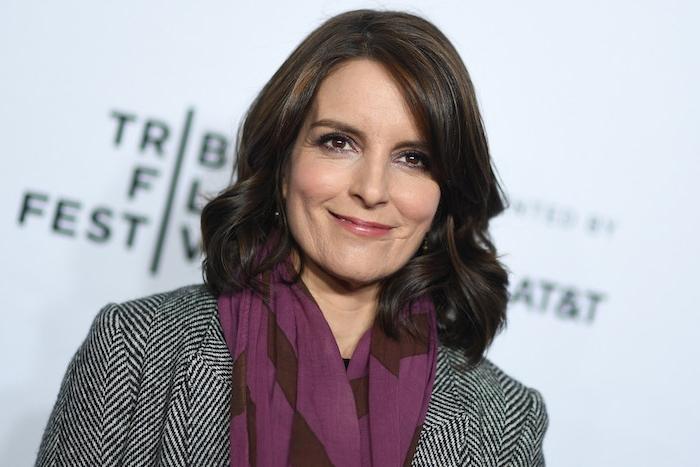 carré ondulé mi long sur cheveux chatain foncé, veste noir et blanc, et écharpe violette, coupe femme classique