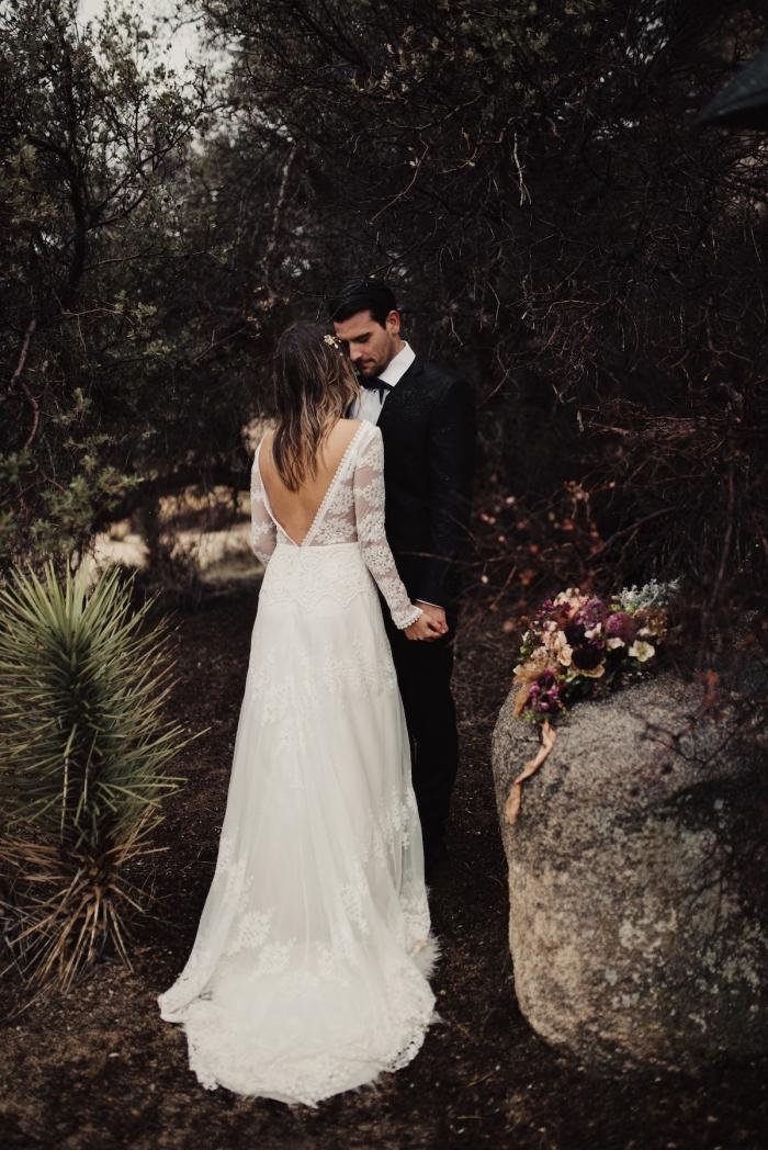 tenue femme pour mariage bohème, idée robe de mariée bohème chic à dos ouvert et manches transparentes