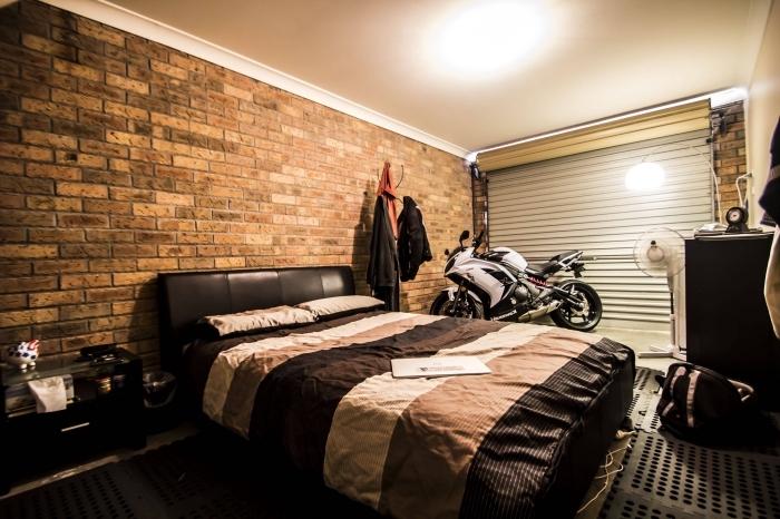 décoration chambre à coucher industrielle aménagée dans un garage, idée rénovation garage, modèle garage en chambre