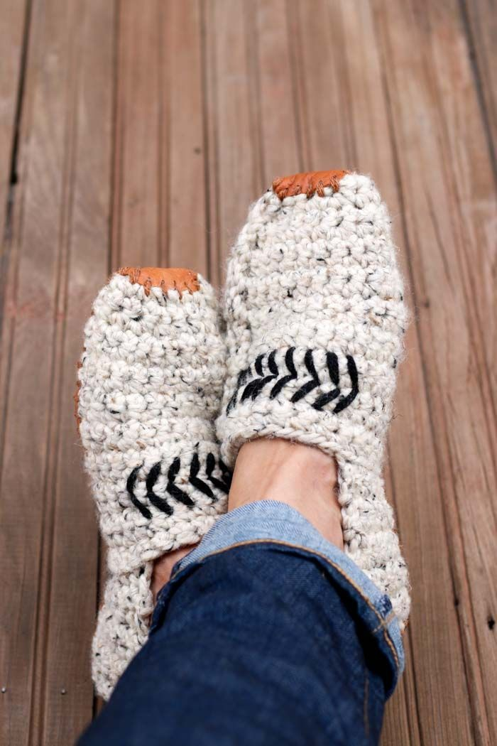 des pantoufles modernes en laine avec détails en cuir et des motifs géométriques, idée de cadeau noel homme fait-maison