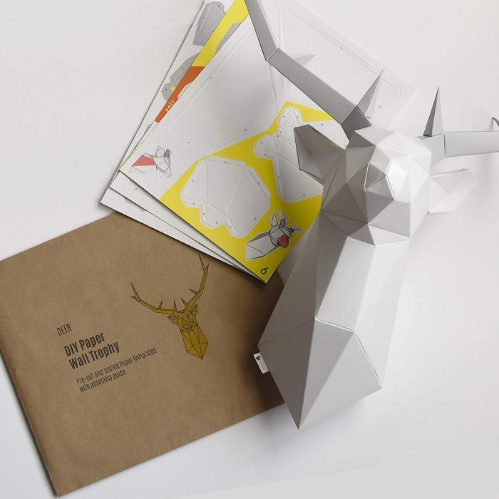 idée de cadeau insolite homme créatif, un trophée de tête de cerf origami avec les modèles et les instructions de pliage