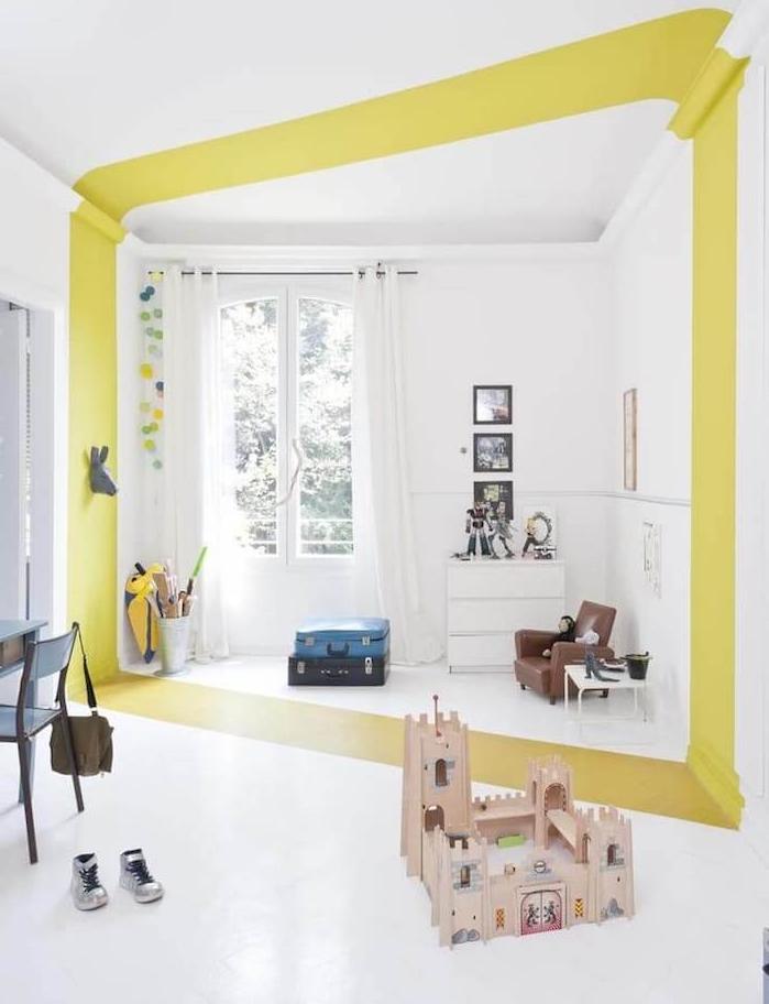 idee de bande verte colorée pour séparer visuellement une chambre enfant blanche, commode blanche mini fauteuil marron