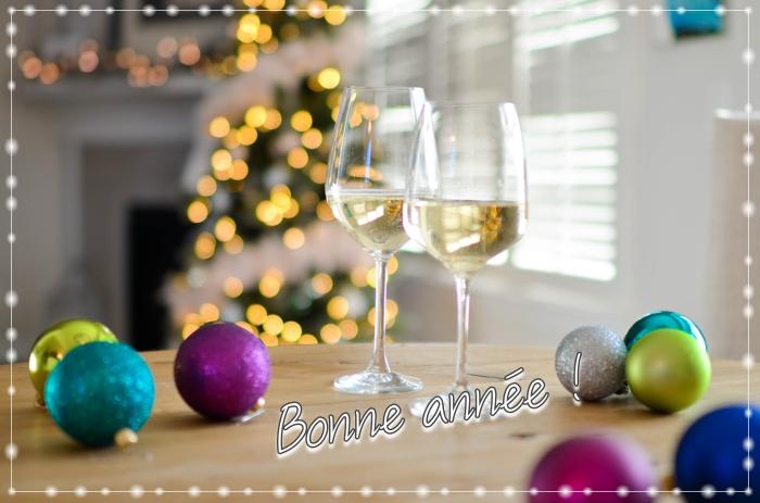carte numérique pour nouvel an, image bonne année avec verres de champagne et décoration festive, idée image bonne année
