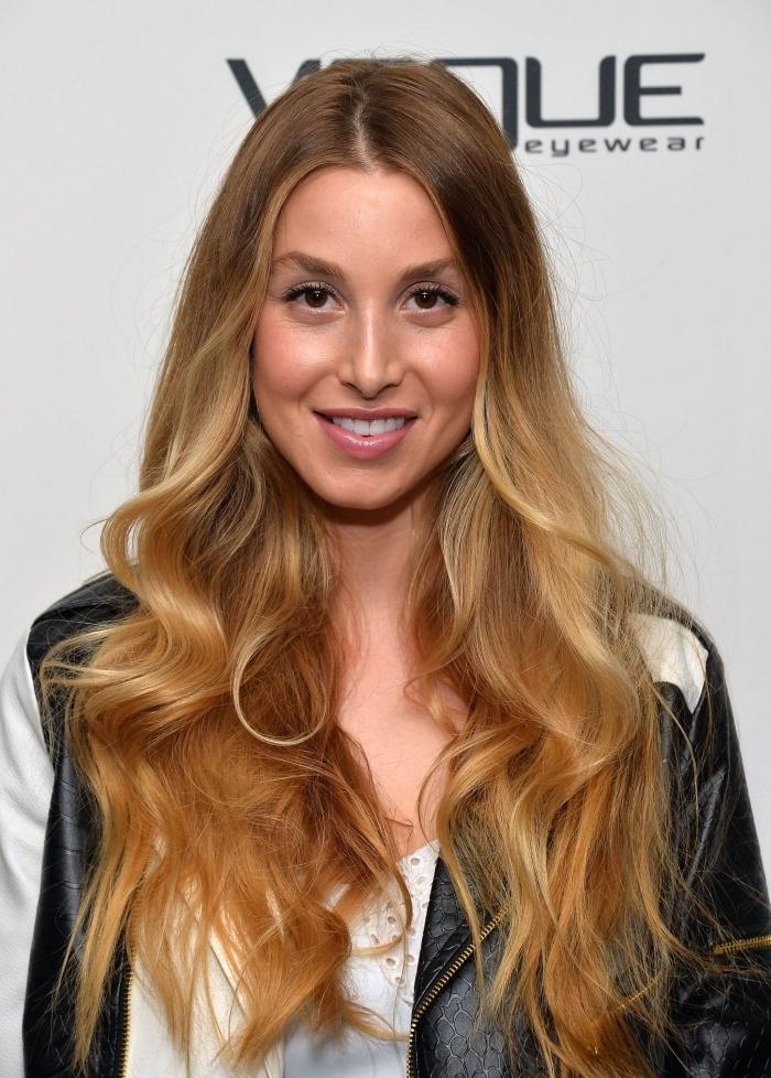 technique coloration tendance balayage naturel, idée cheveux blond foncé avec pointes caramel et mèches blondes