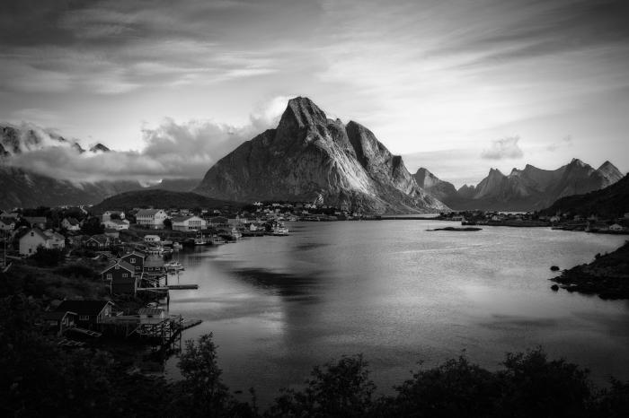 les plus belles images paysages en noir et blanc, photo d'un village au bord d'un lac à l'abri des montagne quelque part en norvège
