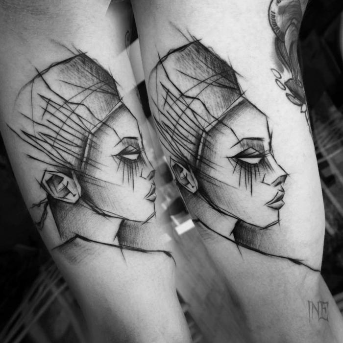 Belle femme tatouage abstrait style graphique, tatouage bras moderne style original, Néfertiti visage sur l'epaule