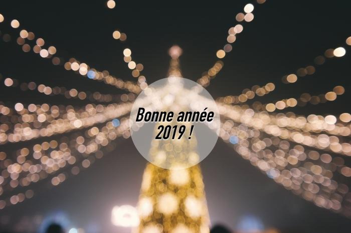 jolie photo bonne année, photographie de Noel avec sapin et lumières de nuit, idée wallpaper pc pour nouvel an