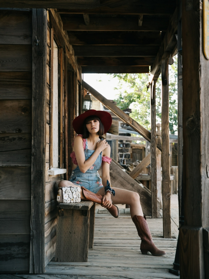 Cool idée de tenue champetre, salopette en jean et bottes marrons, choisir une tenue chic femme, tenue tumblr fille postbad
