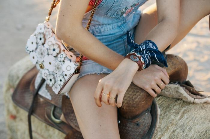 Salopette short en jean, sac à main broderie fleurie, photo fille swag tenue tumblr inspirée le style décontracté chic pour fille