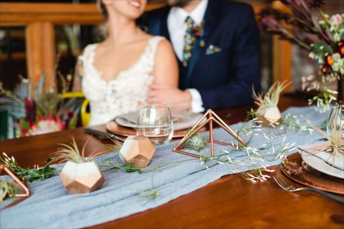 table de mariage longue, chemin de table bleu, pyramide en métal cuivré, chemin de table en tissu