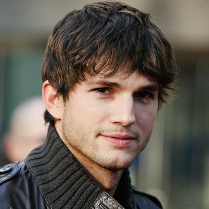 coiffure garcon, Ashton Kutcher, gilet gris, cheveux légèrement ébouriffés, yeux marrons