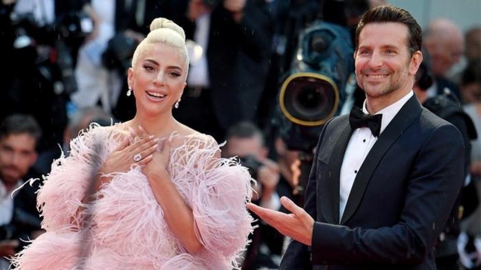 cérémonie officielle, Lady Gaga et Bradley Cooper, costume habillé homme, robe rose aux multi franges