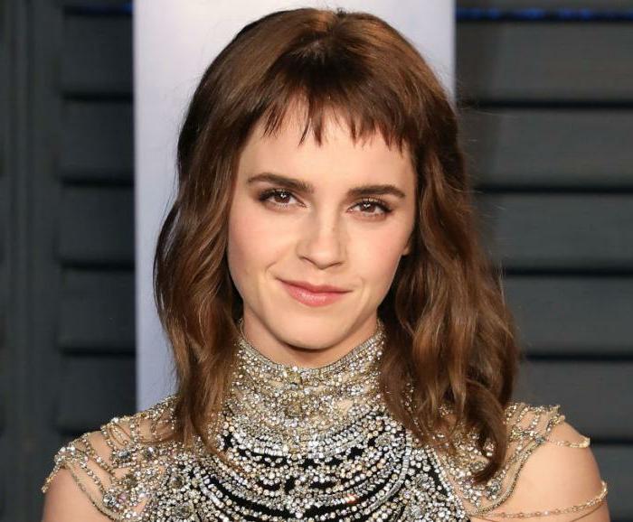 Emma Watson, accessoire original sur son cou et épaules, mini frange et carré ondulant