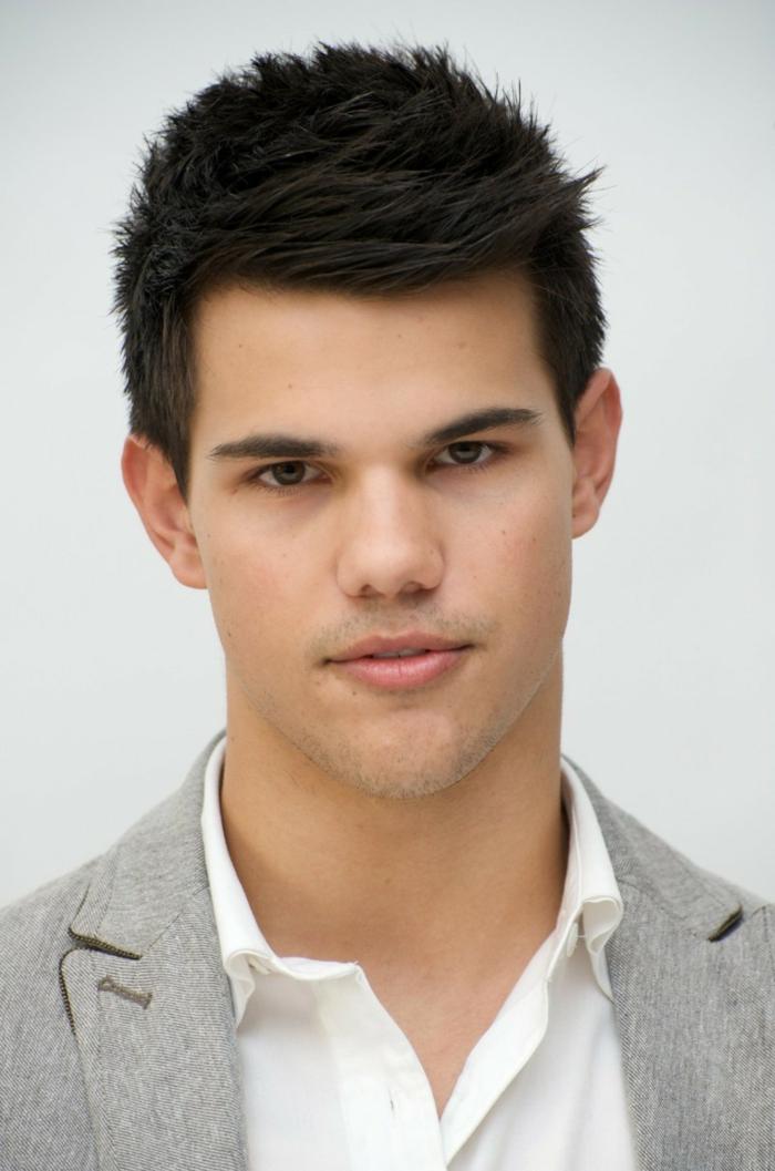 coupe de cheveux court homme, frange de côté, chemise blanche, veste gris clair, Jacob Black