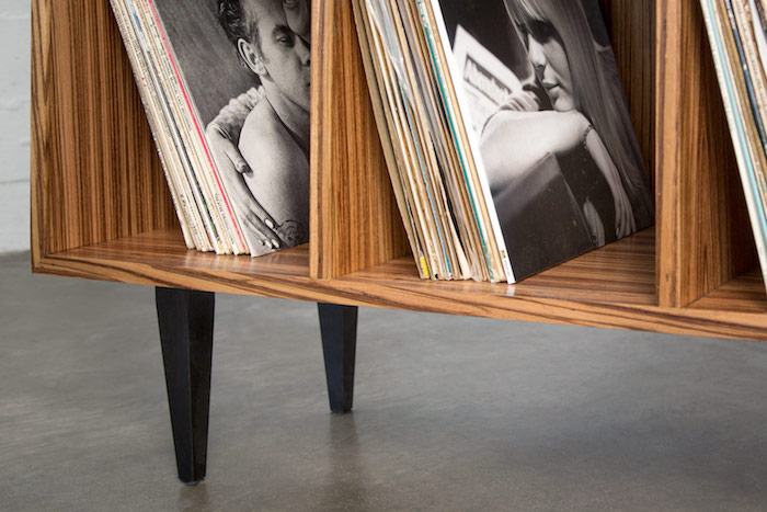 photo gros plan sur meuble pour disques vinyles avec casiers en bois sur pieds jax pour rangement vinyls
