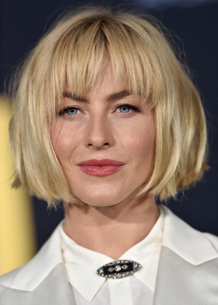 coupe de cheveux mi long, Julianne Hough, frange effilée, carré blond, coupe de cheveux femme 50 ans