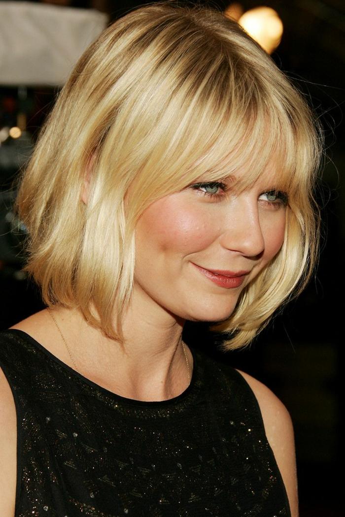 coupe carré plongeant, Kirsten Dunst, robe noire, frange effilée, cheveux blond platine