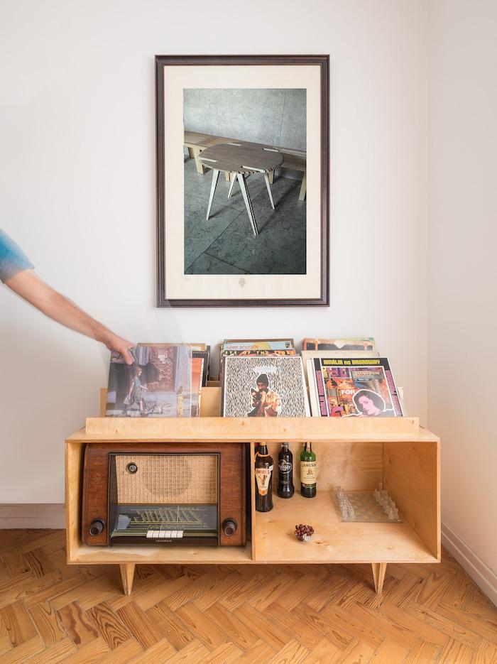 rangement vinyle en bois fait main avec cases pour radio vintage et support présentoir pour disques vinyles par josé castro