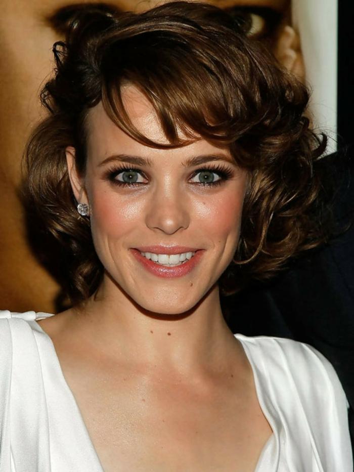 coupe au carré dégradé effilé, Rachel Mcadams, carré bouclé, frange de biais, coiffure romantique