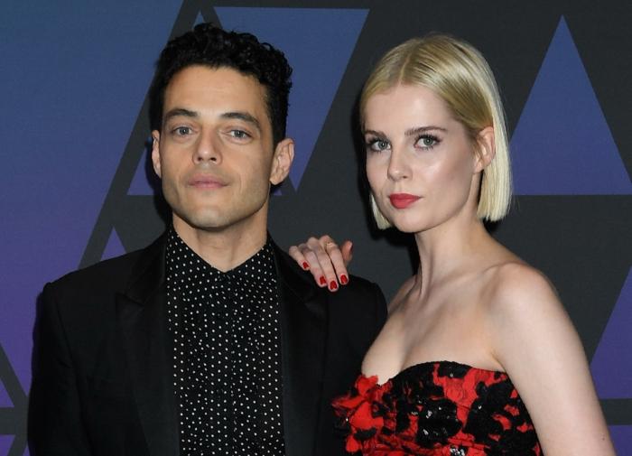 Rami Malek et Lucy Boynton, partenaires en Bohemian Rhapsody, robe rouge, costule noir, look des stars