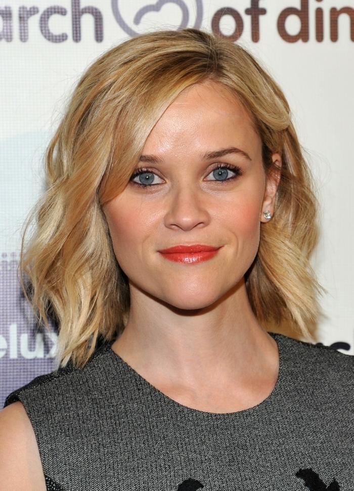 carré destructuré, Reese Witherspoon, carré blond ondulant, maquillage simple, lèvres oranges