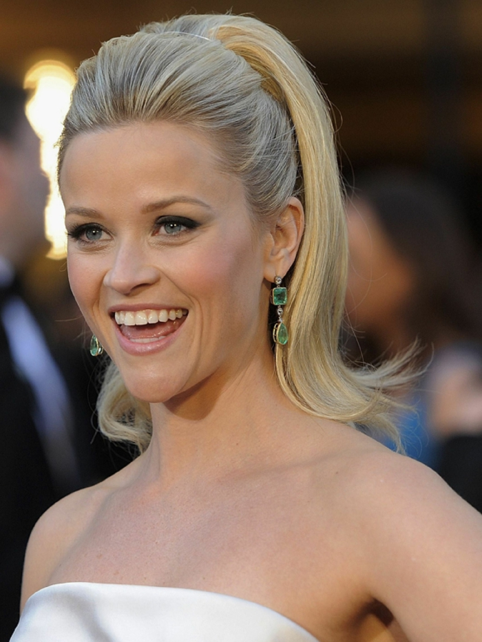 queue de cheval haute, Reese Witherspoon, maquillage naturel, eyeliner noir, boucles d'oreilles vertes, diadème
