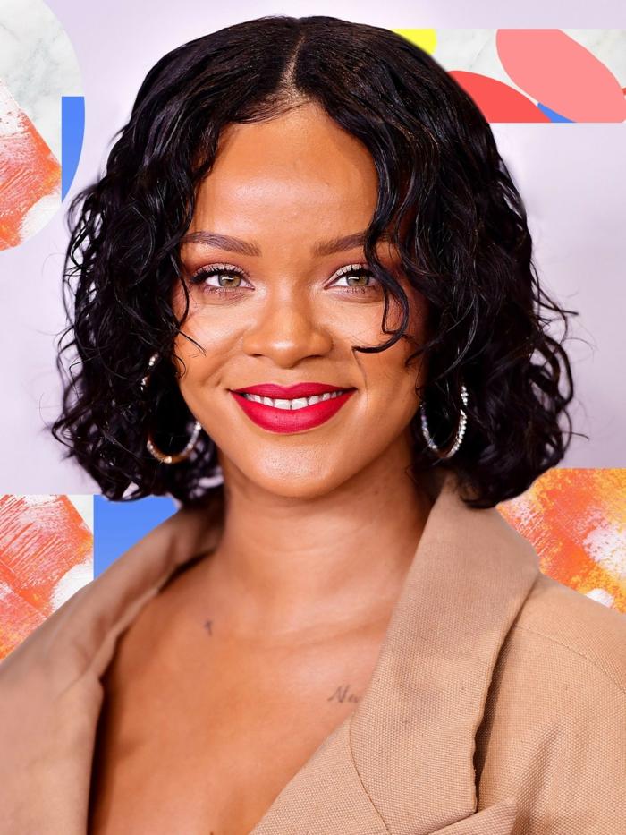 coupe au carre, Rihanna, manteau camel chic, carré bouclé, yeux verts, lèvres rouges