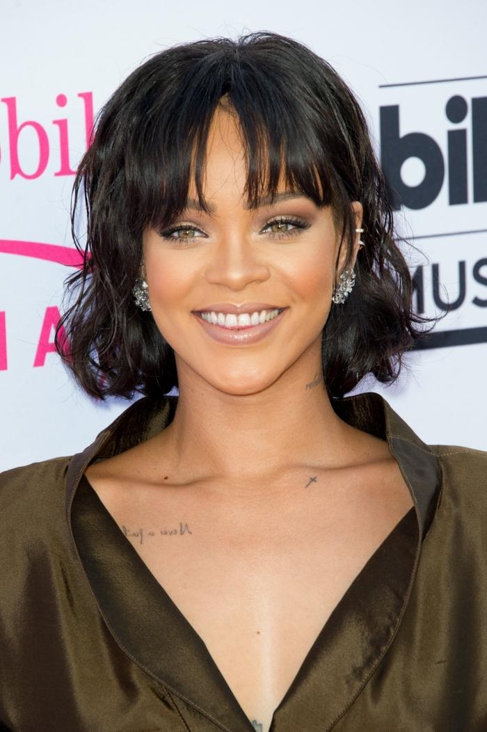carré court de Rihanna, chemise en soie couleur vert d'olive, maquillage oeil de chat