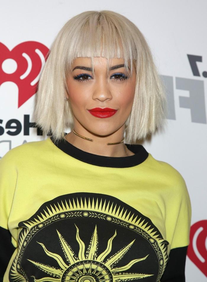 coiffure trendy femme, collier statement, maquillage artistique, frange droite, carré plongeant
