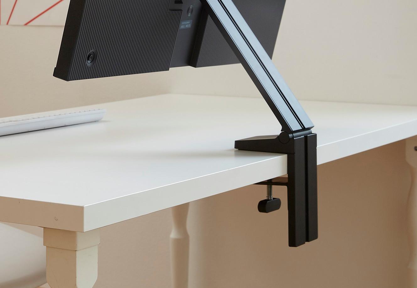image d'illustration en gros plan du pied flexible support bureau gain de place du nouveau moniteur samsung space monitor présenté au ces 2019