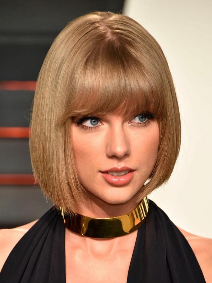 carré lisse femme, collier statement jaune, Taylor Swift, coupe carré frange, tenue officielle noire