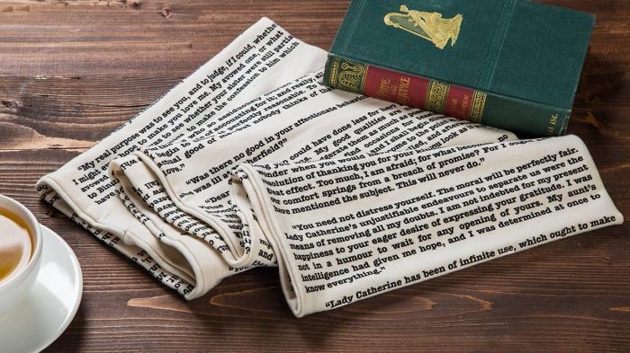 quel cadeau pour fans de lecture, modèle d'écharpe longue blanche avec lettres imitation pages de livre, accessoire de mode pour saint valentin