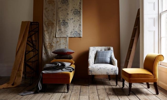 quelle couleur pour murs salon tendance, idée déco avec objets de couleur moutarde, meuble couleur jaune en velours