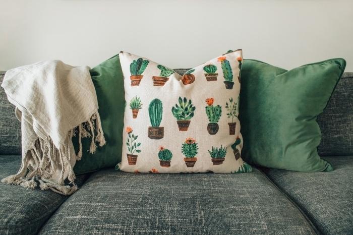 objets de déco de couleurs verts, modèle de coussins à design vert pastel, comment décorer un canapé gris foncé