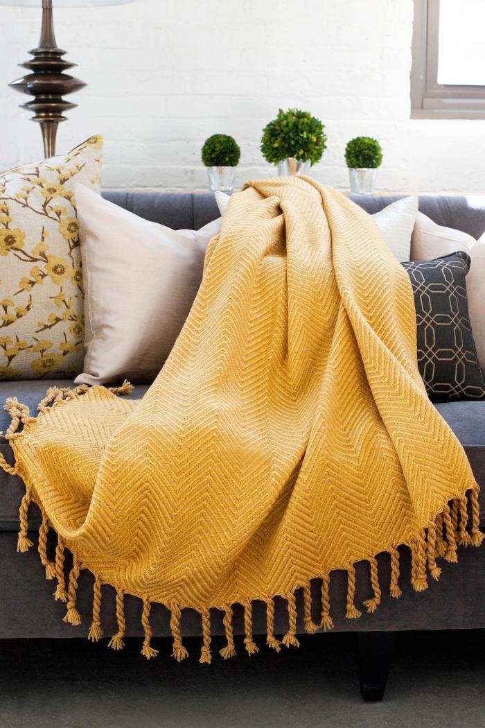 les couleurs qui vont ensemble, salon aux murs blancs avec meubles foncés, modèle jet jaune moutarde style bohème