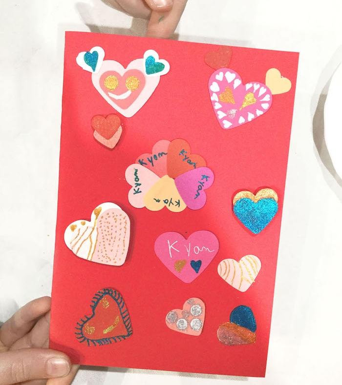 carte diy saint valentin, activité manuelle primaire, carte rouge décorée de petits coeurs à motifs et déco variée