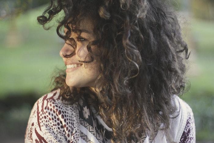 Femme cheveux ondulés, dégradé cheveux long, coupe dégradée femme, cool idée comment se coiffer