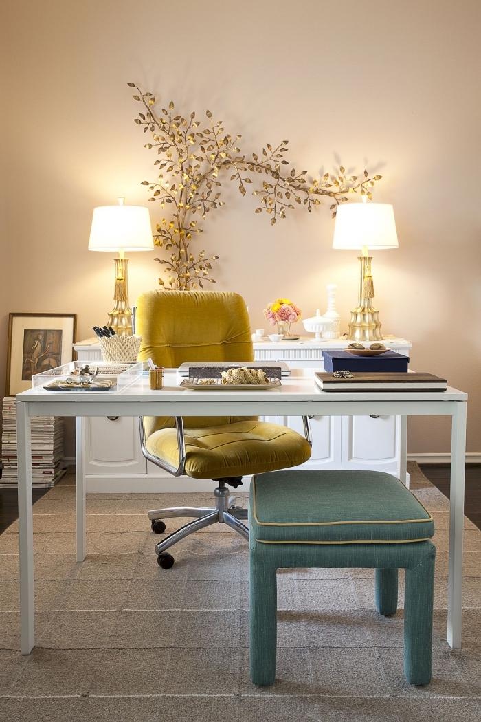 idée peinture pour bureau maison tendance femme, modèle de chaise bureau de couleur jaune moutarde, décoration arbre doré