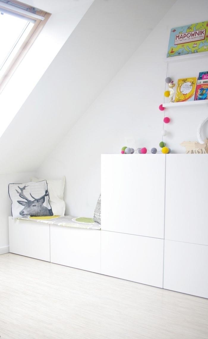 créer son meuble besta avec banquette et rangements intégrés, système de rangement besta dans une chambre d'enfant sous combles