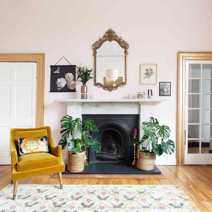 déco bohème avec plantes vertes et meubles bois, idée couleur murale pour salon en rose pastel, modèle de fauteuil en velours moutarde
