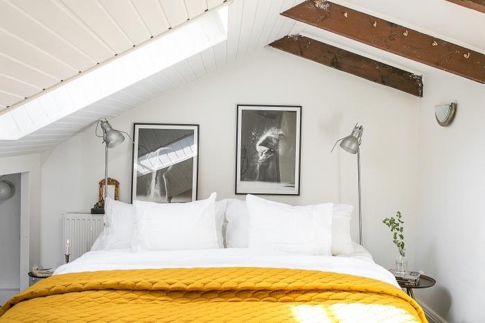 objets décoration de couleur ocre, chambre sous pente aux murs blancs, cadre noir avec photo blanc noir, modèle couverture de lit jaune moutarde