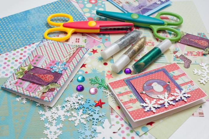 idées embellissements et stickers pour faire une carte de noel, exemple de carte de noel a fabriquer en papier rouge à dots blancs