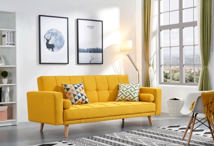 salon blanc aménagé dans le style scandinave avec un canapé jaune, idée salon gris et jaune avec meubles bois