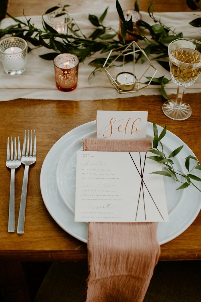 chemin de table lin blanc, branches d'olivier fraîches comme centre de table de mariage, porte-bougies et verre à champagne